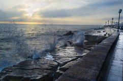 Aube de lever de soleil de bord de mer avec l'éclaboussure de vagues photos libres de droits