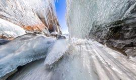 Aube de panorama dans une caverne de glace avec des glaçons sur Baikal, Olkhon Image libre de droits