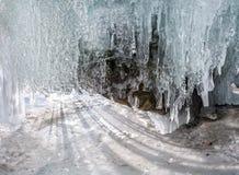 Aube de panorama dans une caverne de glace avec des glaçons sur Baikal, Olkhon Photo stock