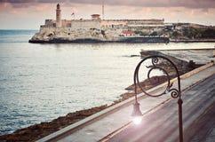 Aube de trottoir de route de lampe de forteresse d'EL Morro d'océan de vue de Malecon de remblai images stock
