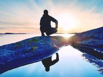 Aube ensoleillée de randonneur d'espace libre grand de montre au-dessus de mer Le randonneur de randonneur apprécient le lever de Photos libres de droits