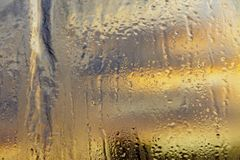 Aube froide de novembre par une fenêtre congelée image stock