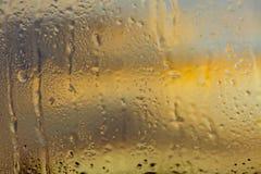 Aube froide de novembre par une fenêtre congelée images libres de droits