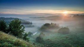 Aube merveilleuse à la vallée brumeuse en automne photographie stock libre de droits