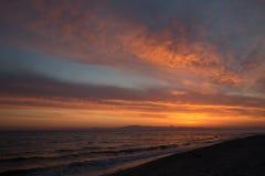 Aube orange de ressort sur le rivage de la mer calme pendant la marée Photographie stock libre de droits