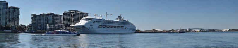 Aube Pacifique de P&O, ferry de BCC et pont en passage photographie stock libre de droits