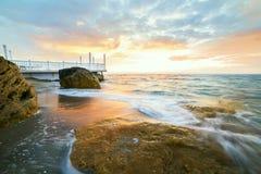 Aube par la mer Photographie stock libre de droits