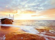 Aube par la mer Photos stock