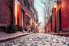 Aube sur la rue historique du gland de Boston image stock