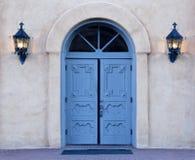 Aube sur les portes bleues de l'église d'Albuquerque Photographie stock libre de droits