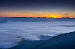 Aube tôt L'augmentation du soleil au-dessus des nuages Attente du soleil images libres de droits