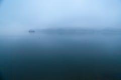 Aube tranquille, île, rivière Image stock
