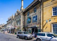 Auberge historique des Rois Arms dans la ville historique de cotswold de l'arrimage sur la haute plaine images stock