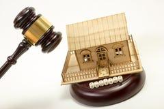 aubergine Закон Миниатюрный дом на деревянном столе и молотке суда стоковые изображения