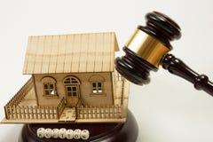 aubergine Закон Миниатюрный дом на деревянном столе и молотке суда стоковые фотографии rf
