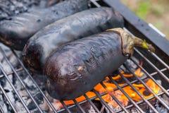 Aubergine на гриле барбекю на горячих угле и огне Стоковые Изображения RF