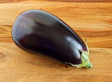 Aubergine, aubergine pourprée indienne sur le bois Photos stock