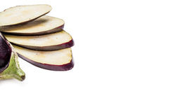 Aubergine auf der weißen Tabelle stockbild