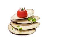 Aubergine auf der weißen Tabelle lizenzfreie stockfotos