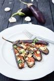 Aubergine avec l'huile d'olive, le basilic et les tomates-cerises photos stock