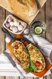 Aubergine bourrée des légumes et du fromage photos stock