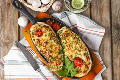 Aubergine bourrée des légumes et du fromage images stock