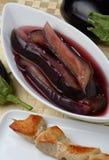 Aubergine coupée en tranches en marinade photos stock