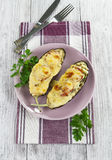 Aubergine cuite au four avec les légumes et le fromage Photo libre de droits