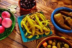 Aubergine d'oignon de piment d'olives de préparation de conserves au vinaigre de Tapas Photos stock