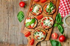 Aubergine de pizza avec les tomates et le Basil images libres de droits