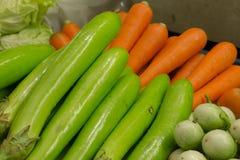 Aubergine en Wortel in markt Stock Foto