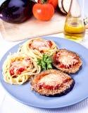 Aubergine et pâtes de Parmigiana Images libres de droits