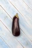 Aubergine fraîche sur un conseil en bois bleu, vue supérieure image stock