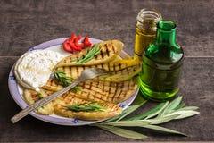 Aubergine, gebacken auf einem Grill, mit Käse, nahe bei Gläsern Olive Lizenzfreie Stockfotografie