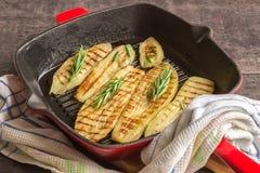 Aubergine, gebacken auf einem Pangrill Lizenzfreie Stockfotos