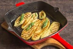 Aubergine, gebacken auf Grillwanne Stockfotografie
