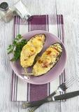 Aubergine gebacken mit Gemüse und Käse Stockfoto
