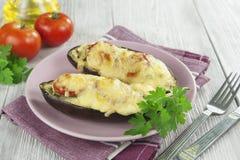 Aubergine gebacken mit Gemüse und Käse Stockfotografie