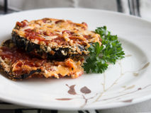 Aubergine gebacken mit Tomate und Käse Stockbild