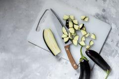 Aubergine gesneden eiland met een mes in verschillende stukken stock foto's