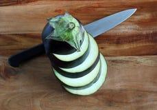 Aubergine, gestapelte Scheiben mit Messer Lizenzfreie Stockfotos