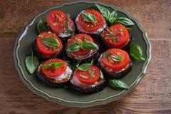 Aubergine med tomater och sås Panna stekte aubergine Sund vegetarisk mat, aptitretare arkivbild