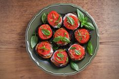 Aubergine med tomater och sås Panna stekte aubergine Sund vegetarisk mat, aptitretare royaltyfri foto