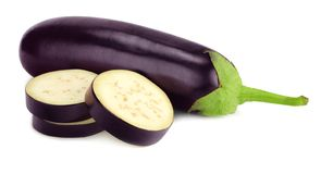 Aubergine mit den Scheiben lokalisiert auf weißem Hintergrund Gesunde Nahrung stockbild
