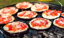 Aubergine mit Tomaten- und Parmesankäseparmesankäse auf BBQ-strengem Vegetarier grillen lizenzfreie stockbilder