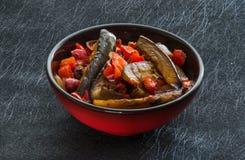 Aubergine och peppar med vitlök-, lök- och sojabönasause, kinesiskt recept royaltyfri foto