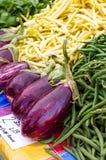 Aubergine och radbönor på en lokal bonde` s marknadsför Arkivfoton