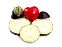 Aubergine oder Aubergine und das rote Herz Lizenzfreies Stockbild