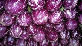 Aubergine op de markt Stock Afbeeldingen