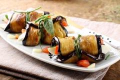 Aubergine rollt mit Käse, Tomate und Basilikum Stockfotografie